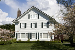 Trevligt vitt hus med enkel design royaltyfri bild