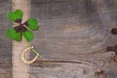 Trevo e ferradura no fundo de madeira para o Eve/S de ano novo Fotografia de Stock Royalty Free