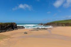 Trevone för sandig strand fjärd norr Cornwall England UK nära Padstow och Newquay Arkivbilder