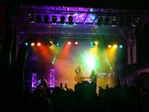 Η αίθουσα του Trevor αποδίδει στη σκηνή κατά τη διάρκεια μιας συναυλίας βραδιού Στοκ φωτογραφία με δικαίωμα ελεύθερης χρήσης
