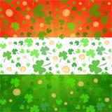 Trevos e fundo das moedas no dia de St Patrick Fotos de Stock Royalty Free
