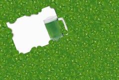 Trevos irlandeses e cerveja verde Imagem de Stock Royalty Free