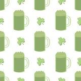 Trevos sem emenda e cerveja verde Imagem de Stock