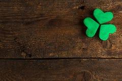 Trevos verdes do trevo no fundo de madeira Imagens de Stock