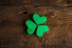 Trevos verdes do trevo no fundo de madeira Foto de Stock Royalty Free