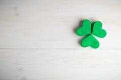 Trevos verdes do trevo no fundo de madeira branco Fotos de Stock