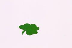 Trevos verdes em um fundo branco Fotografia de Stock Royalty Free