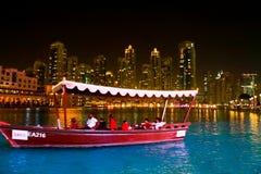 Träfartyg i sjön av den Dubai springbrunnen Fotografering för Bildbyråer