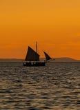 Träfartyg på solnedgången Arkivbild