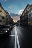 Tráfego na perspectiva de Nevsky, a noite branca da noite em St Peter Fotografia de Stock