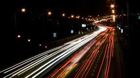 Tráfego na rua na noite Fotografia de Stock Royalty Free