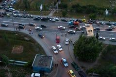 Tráfico de la calle y posts de la policía Tyumen Rusia Foto de archivo libre de regalías