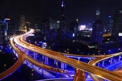 Tráfico de la carretera de la ciudad de Shangai en anochecer Imágenes de archivo libres de regalías