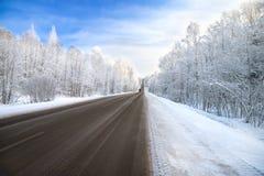 Tráfico de la carretera del camino del invierno Fotografía de archivo