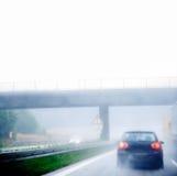 Tráfico de la carretera en un día lluvioso Fotos de archivo