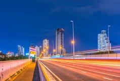 Tráfico de la noche con las luces borrosas de la cola Imágenes de archivo libres de regalías
