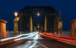 Tráfico de la noche en el puente que conecta dos países, Eslovaquia a Imagen de archivo