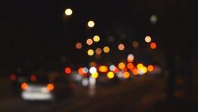 Tráfico Defocused de la noche en ciudad metrajes