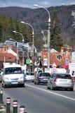 Tráfico del centro turístico de Busteni Foto de archivo libre de regalías