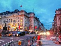 Tráfico en el camino central Londres, Inglaterra Foto de archivo libre de regalías