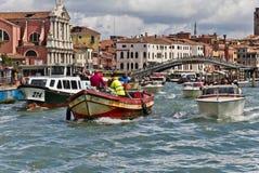 Tráfico en el canal magnífico de Venecia Imagenes de archivo