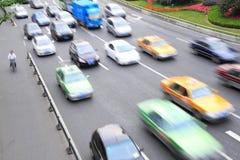 Tráfico en los caminos de ciudad Foto de archivo