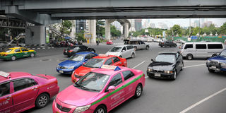 Tráfico en una ensambladura ocupada en Bangkok Imagen de archivo libre de regalías