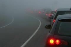 Tráfico en una niebla Imagen de archivo libre de regalías