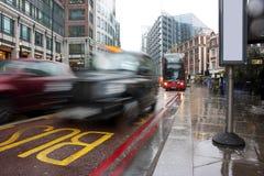 Tráfico ocupado de Londres en la lluvia de colada Foto de archivo