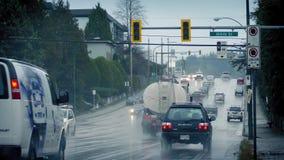 Tráfico a través de suburbios en día lluvioso almacen de metraje de vídeo