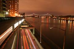 Tráfico urbano en la noche Imagen de archivo