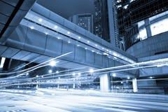 Tráfico urbano futurista de la noche de la ciudad Foto de archivo libre de regalías