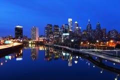 Tráfico y el centro de ciudad de Philadelphia Fotografía de archivo
