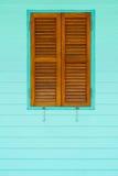 Träfönster på gräsplanblåttväggen Arkivbild