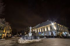Trg de Veliki, la plaza principal de Zemun, en la noche en invierno Zemun es un suburbio de Belgrado, una se?al tur?stica foto de archivo libre de regalías