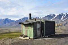 Trähus nära Longyearbyen, Spitsbergen, Svalbard Arkivbild