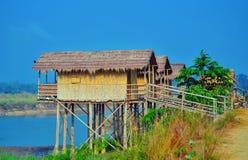 Trähus som byggdes på höga styltor, kallade i Chitwan Arkivfoto