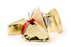 Triángulo del queso procesado desempaquetado en un blanco Fotografía de archivo libre de regalías