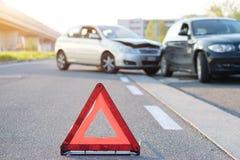 Triángulo rojo reflexivo para señalar choque de coche fotos de archivo