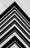Triángulos rayados en el edificio Foto de archivo libre de regalías