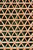 Triángulos rojos y blancos, extracto de la arquitectura Fotografía de archivo libre de regalías