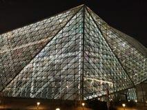 Triángulos y líneas, edificio de cristal moderno de la arquitectura iluminado en la noche fotografía de archivo
