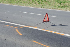 Triângulo de advertência na estrada após o acidente de viação Imagem de Stock Royalty Free