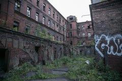 Triângulo vermelho abandonado da fábrica, St Petersburg, Rússia Lugar do película imagens de stock