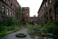 Triângulo vermelho abandonado da fábrica, St Petersburg, Rússia Lugar do película fotografia de stock