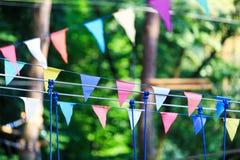 Triângulos coloridos no parque do verão Aniversário, decoração do partido fotografia de stock