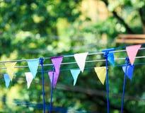Triângulos coloridos no parque do verão Aniversário, decoração do partido fotos de stock royalty free