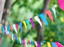 Triângulos coloridos no parque do verão Aniversário, decoração do partido imagens de stock