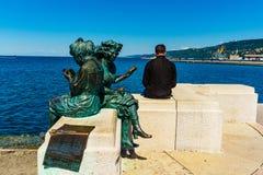 Triëst, Italië - 29 April 2017: Scala Rele en een eenzame toerist Stock Fotografie
