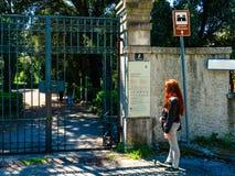 Triëst, Italië - 29 April 2017: Toerist voor de Miramare-Park` s Poort Stock Foto